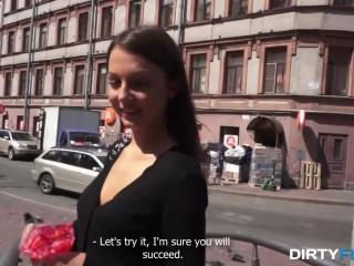 Секс-видео кастинга молодой брюнетки в чулках - смотреть