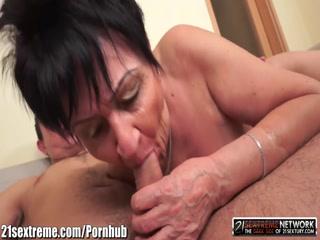Порно видео инцест бабушки и внука дома у нее после игры