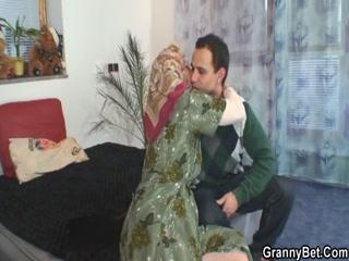 Внук ебет бабушку в пизду, пока она не видит