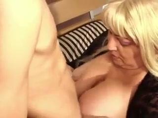 Секс со зрелой дамочкой в чулках, которая любит сосать