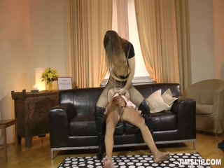 Русская молодая девушка трахается с пожилым мужчиной на диване дома