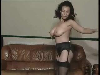 Голая зрелые женщины в чулках очень любят трахаться с парнями помоложе и моложе себя на камеру дома