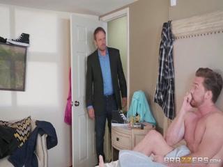 Порно видео зрелых женщин и мужчин дома на кровати в киску