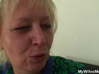 Старая мама трахается со своим молодым сыном и его девушкой в спальне на кровати
