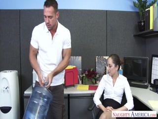 Парень трахнул девушку с большими сиськами у себя на работе  онлайн