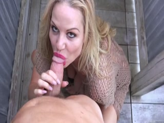 Секс с блондинкой в черных чулках на диване закончился оргазмом для мужчины и спермой у нее во рту