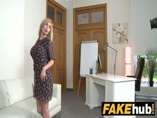 Агент трахает блондинку в пизду после минета