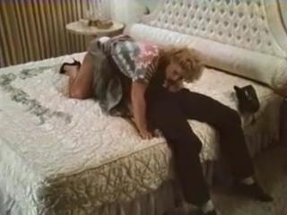 Мужик трахнул блондинку-милфу во все щели после ебли на диване дома